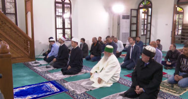 Besimtarët myslimanë festojnë sot Fiter Bajramin, falja nëpër xhami