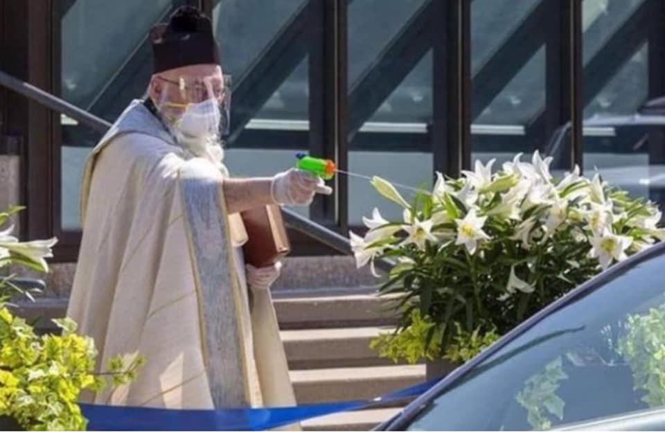 """FOTO/ Ndodh në SHBA, prifti """"lufton"""" koronavirusin me pistoletë me ujë të bekuar"""