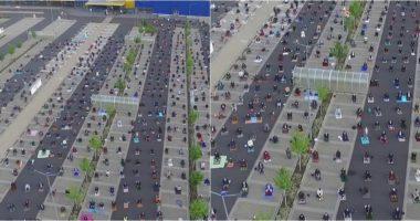Për t'u falur në mënyrë të sigurt, me qindra myslimanë mblidhen në një parking makinash