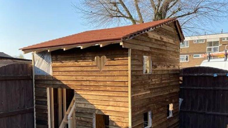 """Një anglez ka surprizuar fëmijët me një """"vilë"""" të ndërtuar vetëm për gjashtë ditë"""