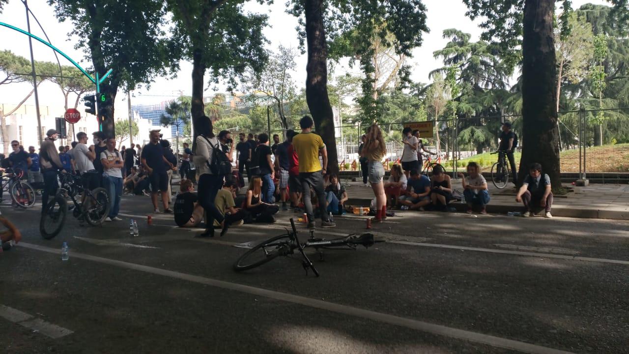 Qytetarët bllokojnë rrugën në Tiranë, revoltë kundër prishjes së Teatrit