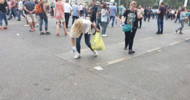 Artistët mbyllin protestën, qytetarët pastrojnë mbeturinat në bulevard