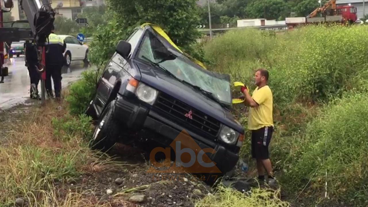 Aksident në autostradën Elbasan-Tiranë, automjeti kthehet përmbys në kanal