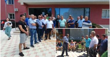 Kërkojnë pagën e luftës, 50 punonjës të transportit publik në Vlorë në protestë