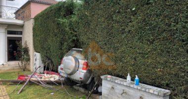 VIDEO/ Pamje nga aksidenti i Korçës, makina ''çan'' rrethimin e oborrit dhe hyn në banesë