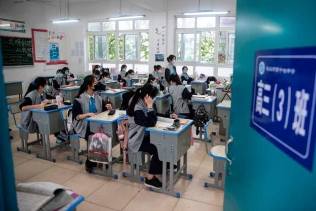 Rihapen për herë të parë shkollat në Wuhan, epiqendra e shpërthimit të COVID-19