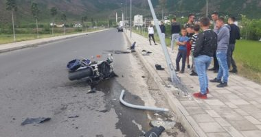 Motori përplaset me shtyllën në Bulqizë, drejtuesi 30-vjeçar sillet me helikopter në Tiranë