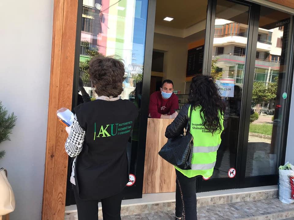 AKU bllokon kos dhe djathë në Korçë, në disa qytete këshilla për masat anti-Covid