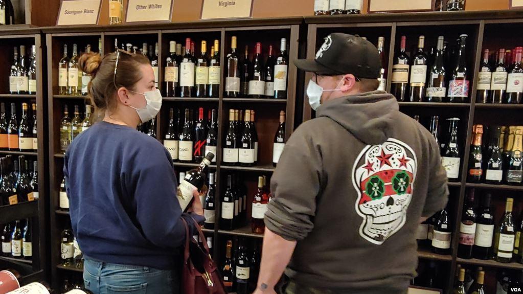 Alkooli fluturon nga raftet e dyqaneve të pijeve në SHBA