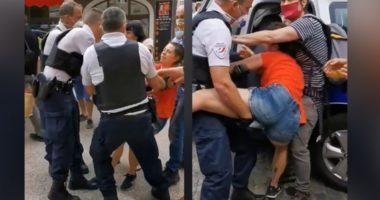 """VIDEO/ Gruaja """"tërhiqet zvarrë"""" nga polica pasi refuzoi të vendoste maskën"""