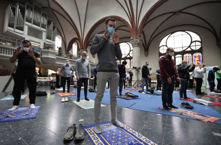 Ndodh në Berlin! Myslimanët falen të Premten në kishë