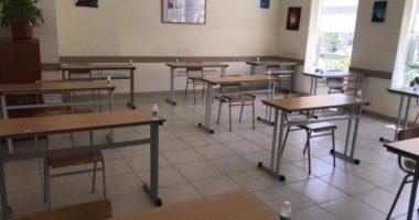 FOTO/ Alkool në çdo bankë dhe distancë 1.5 metra, klasat bëhen gati për maturantët