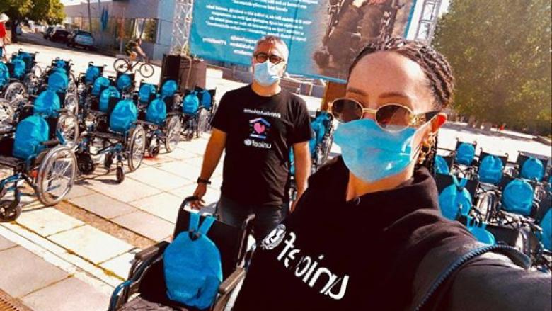 Në ndihmë të personave me aftësi të kufizuar, Dafina Zeqiri bën gjestin unik