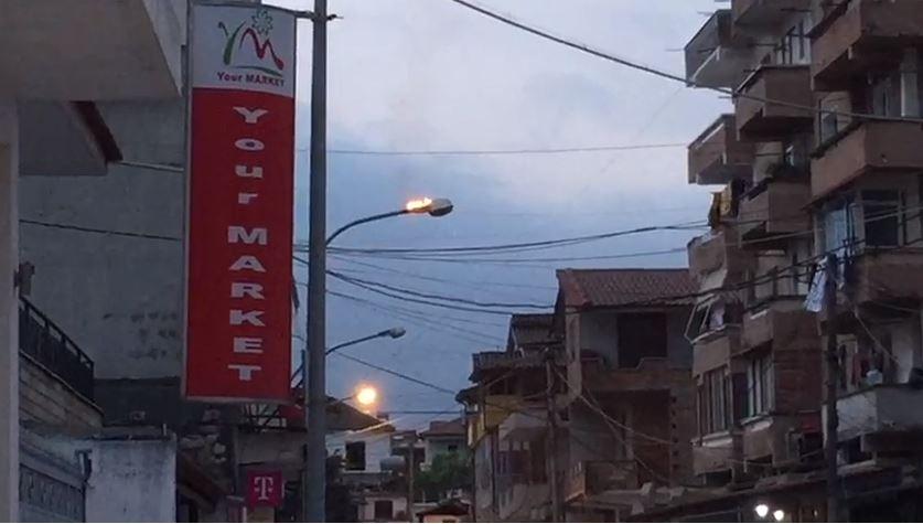 Shpërthen në flakë shtylla e ndriçimit, alarmohen qytetarët në Berat