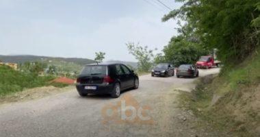 Rruga që nuk gjen zgjidhje në Gjinar të Elbasanit, prej vitit 2012 pa asnjë investim