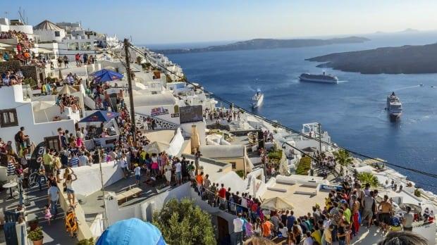 Turizmi në Greqi, ministri: Turistët duhet të testohen për Covid 19 para se të hipin në avion