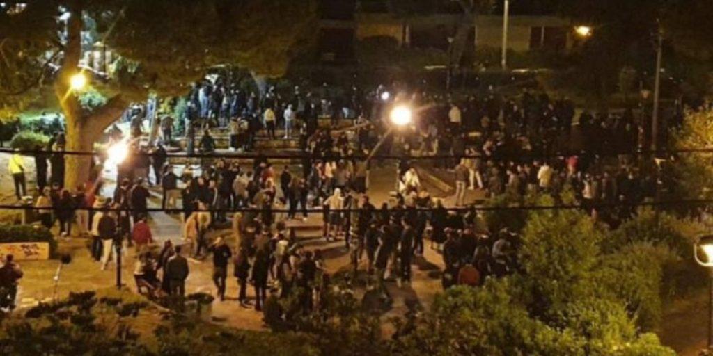 VIDEO/ Festojnë me birra dhe përleshen me policinë. Qindra të rinj në Greqi thyejnë karantinën