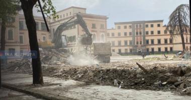 """PD akuza Veliajt: Kamionët e privatit të """"maskuar"""" me logon e bashkisë po punojnë te Teatri"""