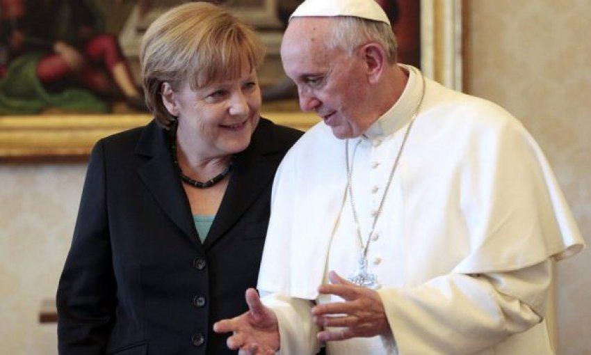 Merkel dhe Papa bisedojnë për situatën e pandemisë në botë