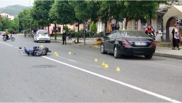 Makina përplas motoçikletën në Shkodër, plagoset rëndë drejtuesi