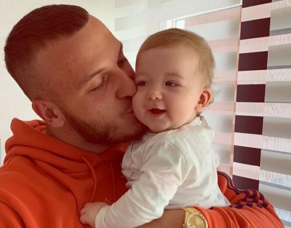 FOTO/ Mozzik takon më në fund të bijën Hana pas karantinës - Abc News