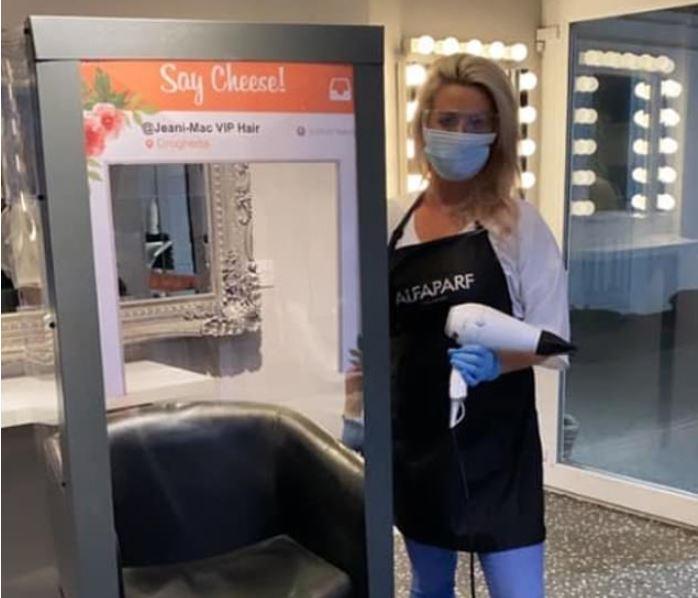 Zgjidhja speciale e parukjeres nga Irlanda, karrige me xham për t'u mbrojtur nga koronavirusi