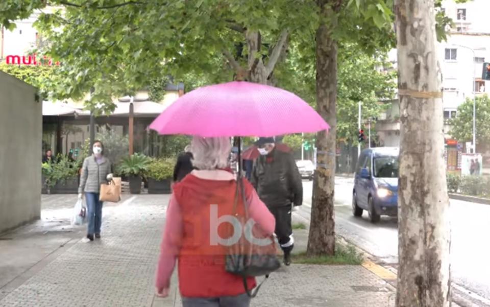 Reshjet e shiut nuk i penguan pensionistët të shfrytëzonin liri-daljen deri në orën 10:00