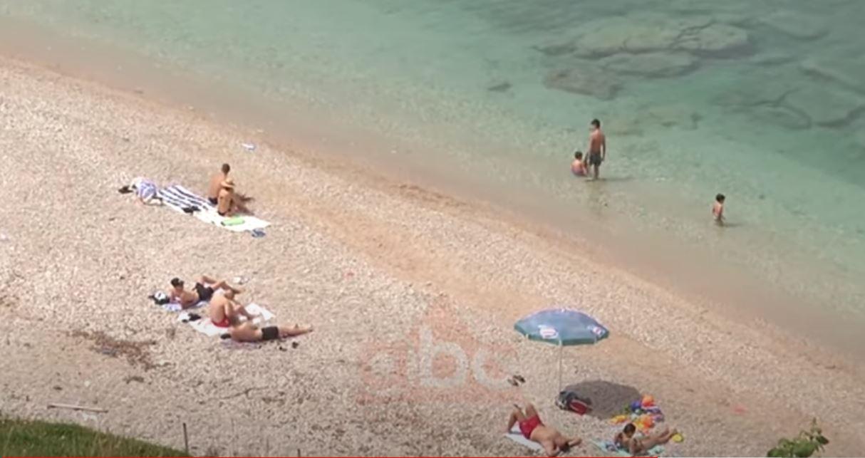 Shqiptarët thyejnë rregullat dhe i drejtohen bregdetit, plazh si në komunizëm