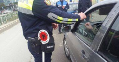 I bënë shenjë të hapte krahun, shoferi fyen e godet me grushte dy policët në Elbasan