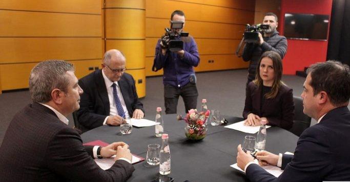 """""""Zgjedhorja"""", Gjiknuri dhe Bylykbashi """"kokë më kokë"""" me përfaqësuesin e ambasadës amerikane"""