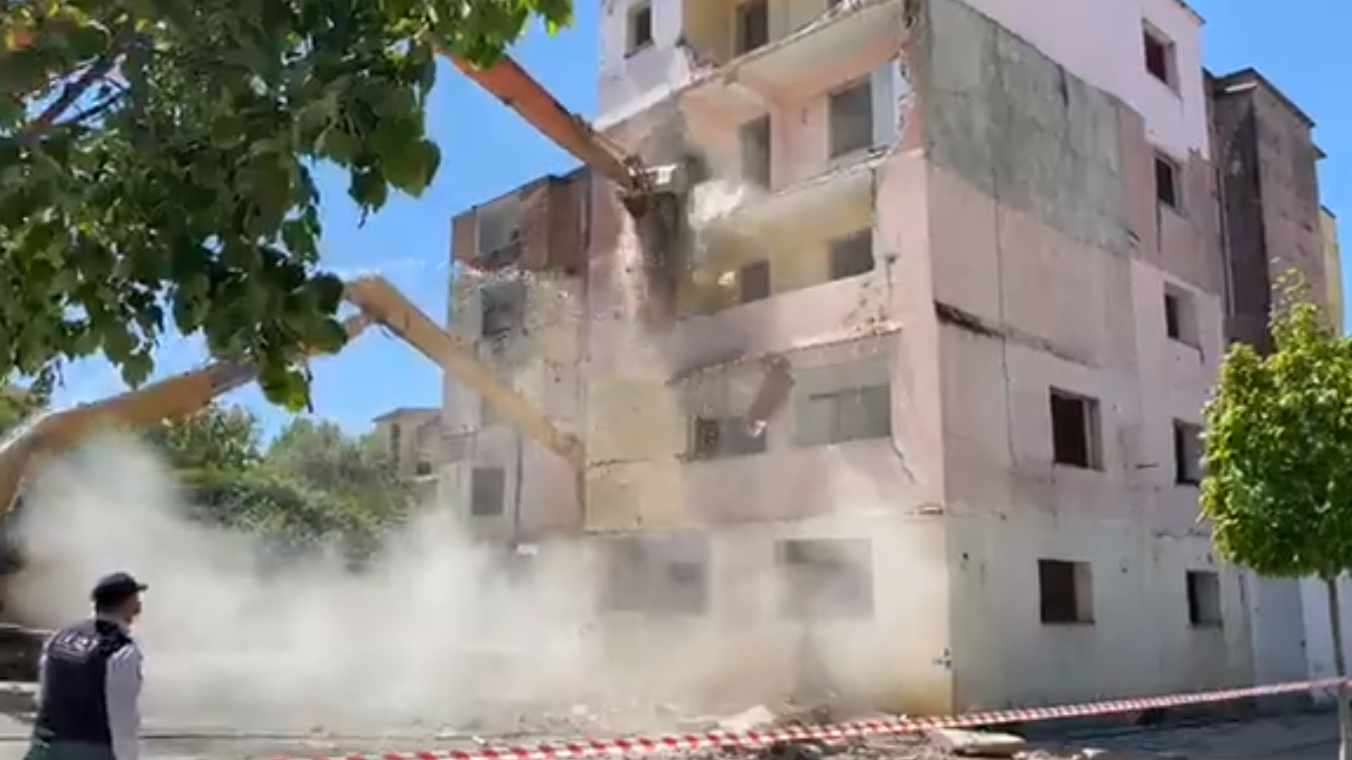 VIDEO/ U dëmtuan nga tërmeti, shemben 18 pallate në Shijak, Rama i pranishëm