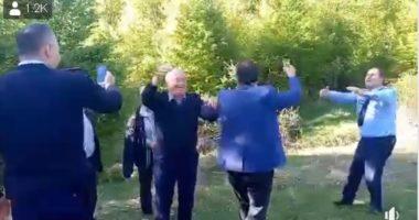 """VIDEO/ Me raki dhe vallen e """"sy lariskës"""", policët e Gramshit ia shtrojnë si qëmoti"""