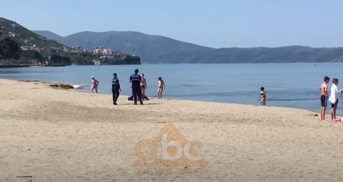 """VIDEO/ Nuk i rezistojnë detit, vlonjatët plazh me policinë """"nëpër këmbë"""""""