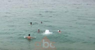 Vlonjatët nuk përmbahen harrojnë masat mbrojtëse, mbushin bregdetin