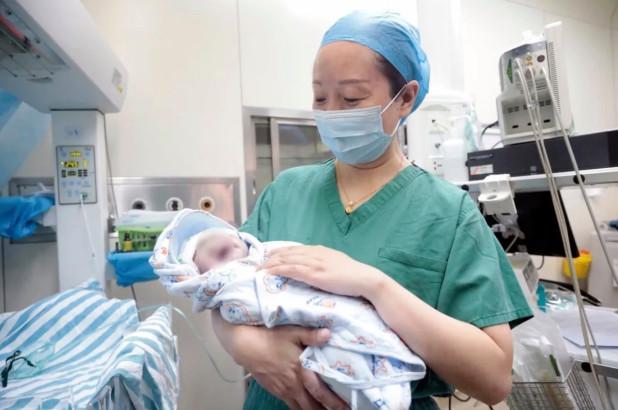 Gruaja në Kinë sjell në jetë binjakët me 10 vite diferencë