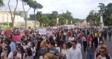 """""""Për fëmijërinë e vjedhur"""", përdhunimi i 15-vjeçares, qindra qytetarë marshojnë në Tiranë"""