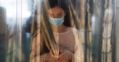 OBSH këshillon  vendosjen e maskës në ambiente publike