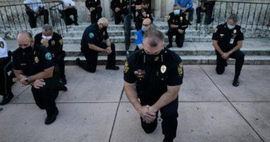 Të përgjunjur para protestuesve, policët kërkojnë falje për vrasjen e George Floyd