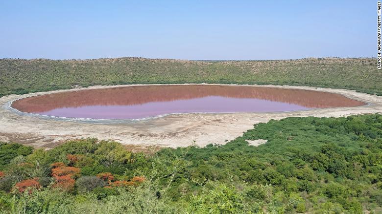Enigma e liqenit 50,000 vjeçar që u shndërrua në rozë