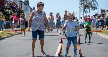 Mezi arrin të ecë, 9-vjeçari arrin të mbledhë 47,000 paund për spitalin e fëmijëve