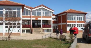 Maturantët në Durrës hedhin kapelet në oborrin e shkollës: Çfarë na mësoi pandemia
