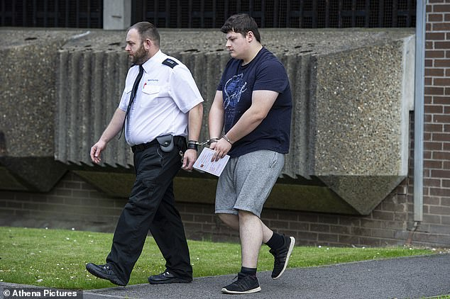 Zbuluan përdhunimin, prindërit britanikë dërgojnë djalin e tyre në polici
