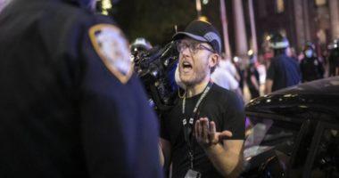 """""""Nuk më plas fare…"""" Policët shtyjnë gazetarët, ata ndërpresin raportimet e protestës"""