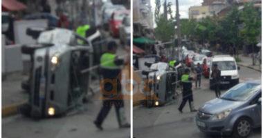 FOTO/ Makina me fëmijë përmbyset në mes të rrugës, dalin pamjet e aksidentit në Tiranë