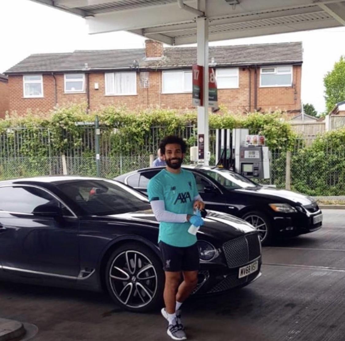 Shkoi për të furnizuar makinën, Salah bën gjestin e bukur në pikën e karburantit