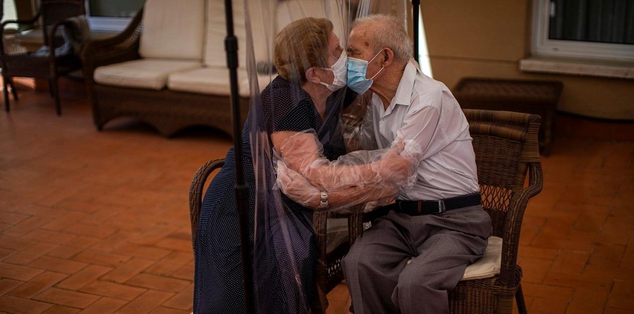 Dashuri në kohë pandemie, çifti i të moshuarve në Spanjë përqafohen pas 102 ditësh të ndarë