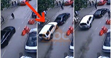 """VIDEO Ekskluzive/ Momenti kur i riu me shpejtësi """"sketerrë"""" çan derën e policisë në Elbasan"""