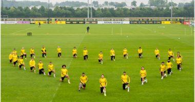 Rreshtim në formë zemre dhe të ulur në gjunjë, gjest fantastik i Dortmund