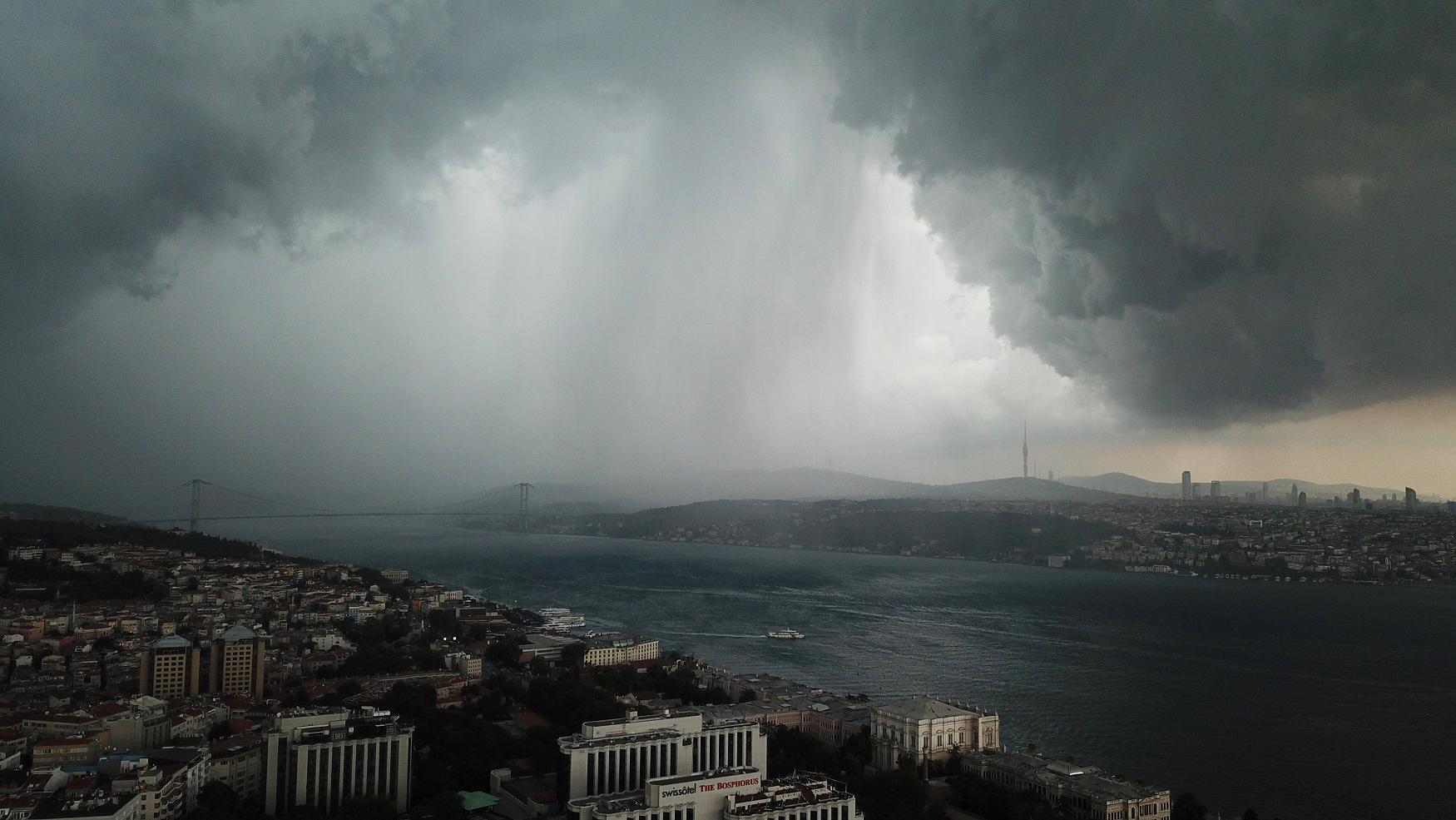 """VIDEO/ Pamje apokaliptike, Stambolli pushtohet nga """"super pikat"""""""