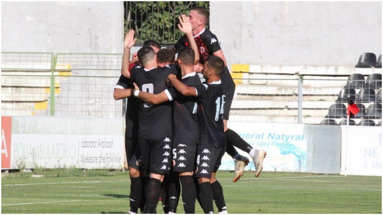 VIDEO/ Pankarta për Hashim Thaçin dhe gol, në Vlorë ndodh gjithçka
